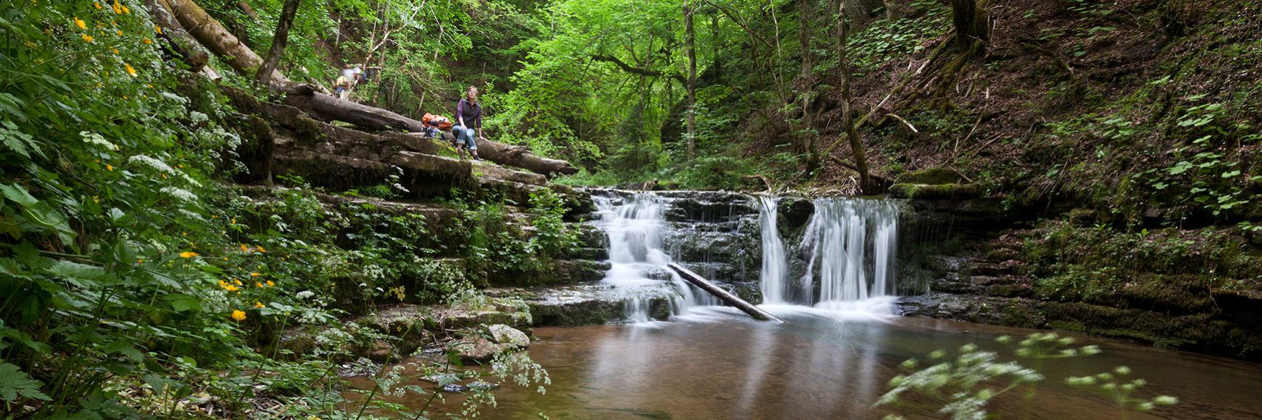 Tosende Wasserfälle, wilde Schluchten und stille Seen